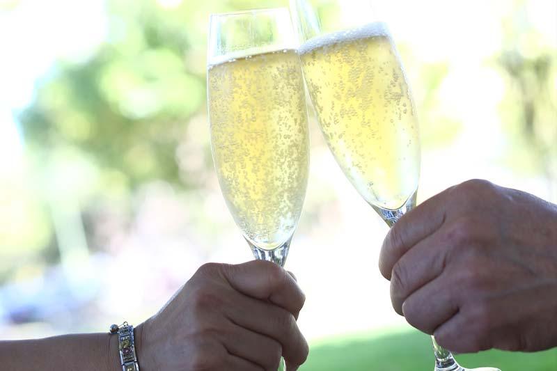 シャンパンでこれまでの二人に乾杯!