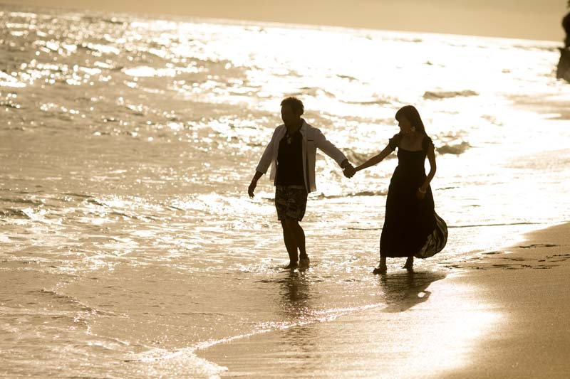 サプライズの後はビーチをお散歩