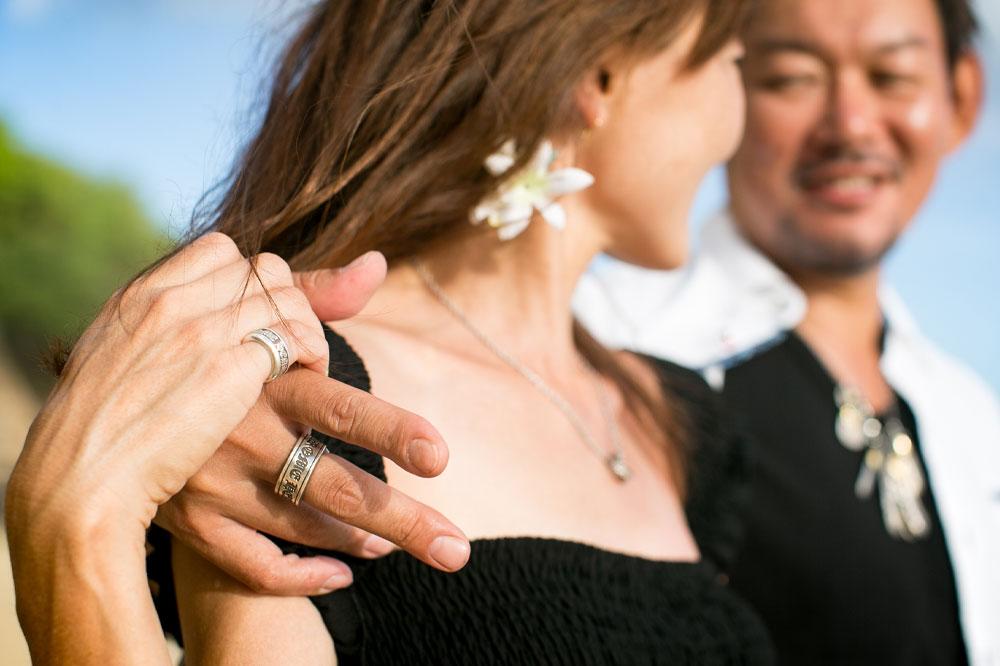 結婚記念日にハワイアンジュエリーのリングを交換
