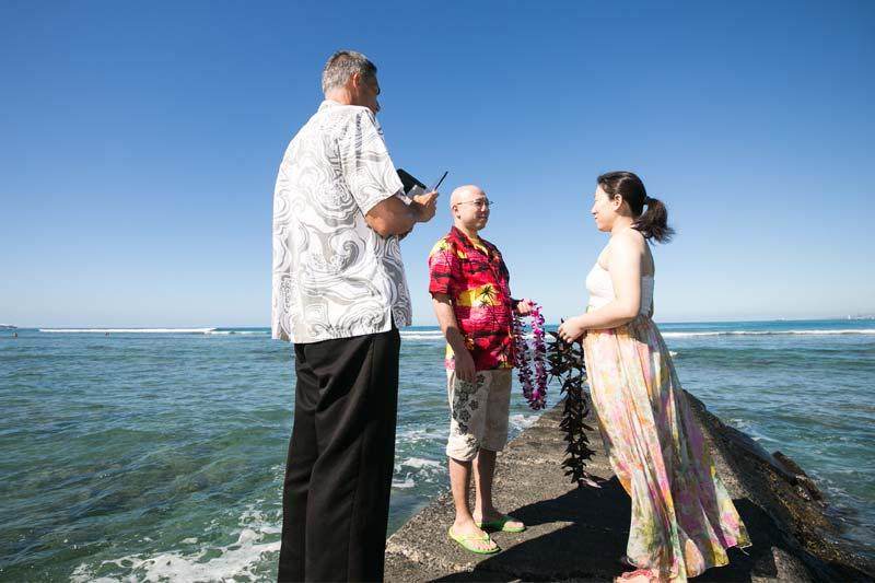 ハワイの牧師さんの前で再びの愛を誓いましょう