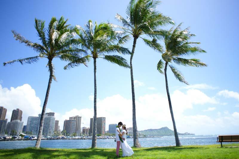ハワイの海、風、太陽が二人を祝福