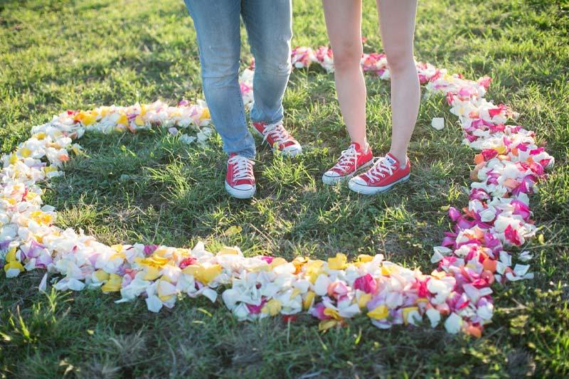 ハワイの花で作ったハートの中で記念撮影