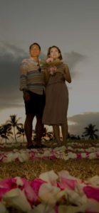 ハワイのビーチを花びらで飾ってプロポーズ
