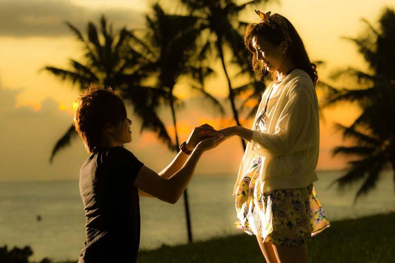 ハワイのサンセットタイムにプロポーズ