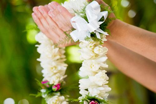 ハワイでお祝いと言えば生花のレイ