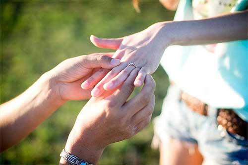 ハワイで指輪に永遠の愛を誓う