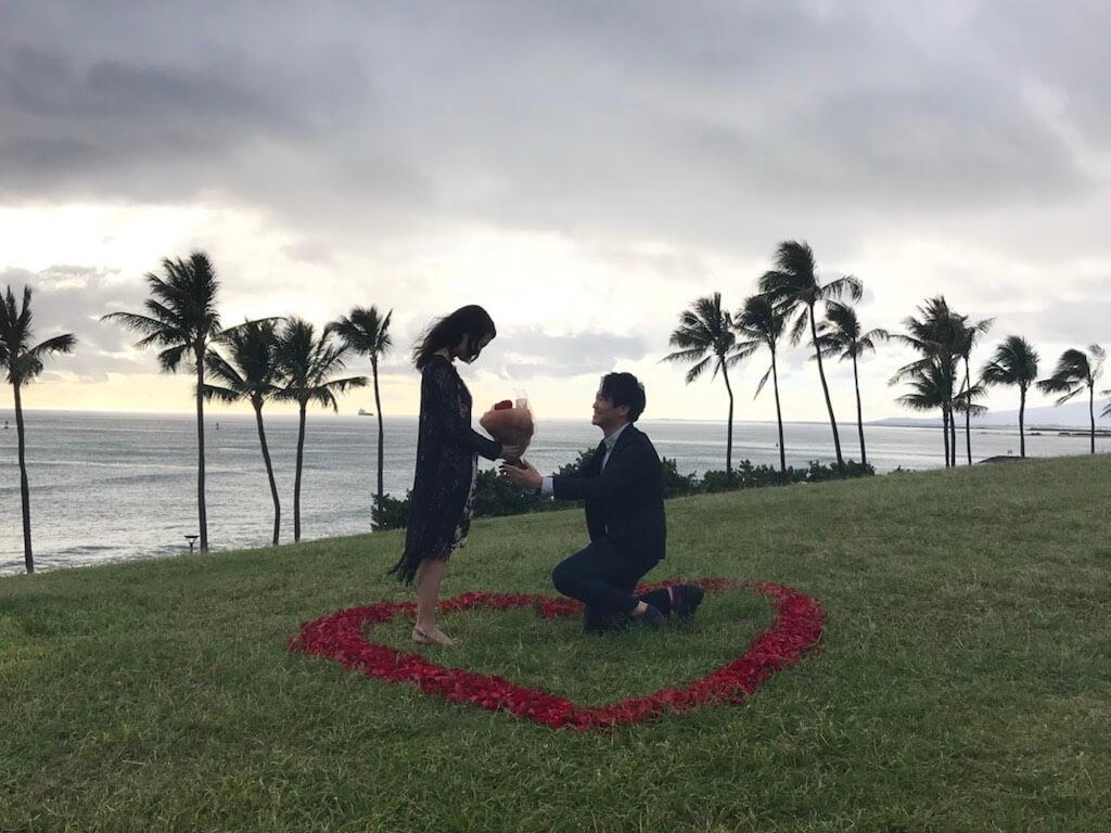予約したディナーに行くと見せかけて…ハワイのビーチでサプライズプロポーズ!