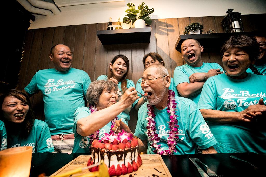 社員旅行のハワイで家族と社員の笑顔が溢れるサプライズ金婚式!