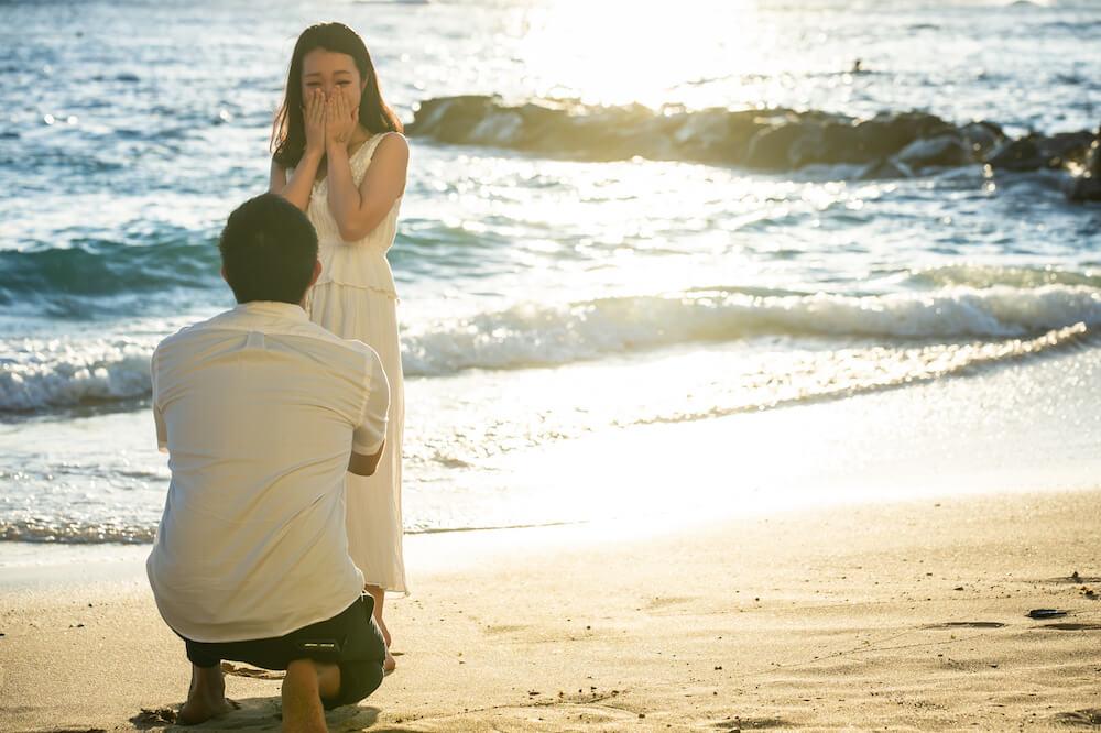 せっかくのハワイだから、海辺で花を渡してサプライズプロポーズしたい!